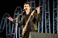 alex turner plays t in the park