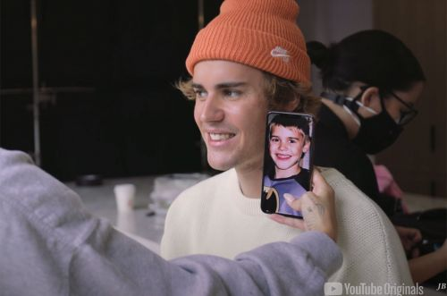 somebody taking a picture of justin bieber